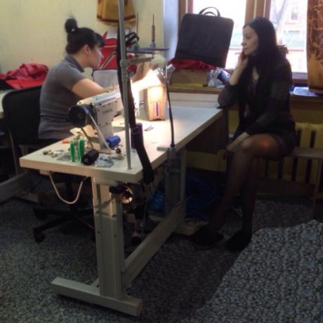 Технологи швейного производства за разработкой модели